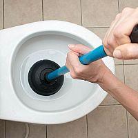 Ako opraviť upchatý záchod? Siahnite po čističi, krtkovi alebo zvone