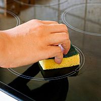 Ako jednoducho vyčistiť sklokeramickú dosku?
