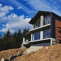 Stavba domu na svahu a svahovitom pozemku – výhody a nevýhody
