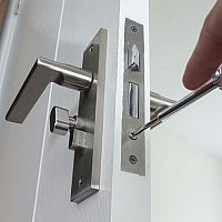 Ako vymeniť zámku vo dverách? Ako vymeniť fabku bez kľúča?