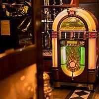 Domáci jukebox ako štýlový bytový doplnok – cena, skúsenosti. Oplatí sa prenájom?