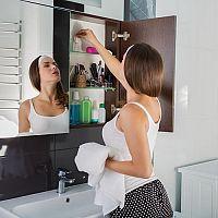 Vysoké, stojace, s košom na bielizeň alebo s umývadlom – ako vybrať skrinku do kúpeľne?