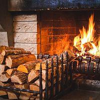 Ako správne kúriť v krbe: Ako správne založiť oheň, vhodné drevo a brikety na kúrenie, skladovanie dreva