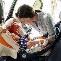 Bezpečné cestovanie s bábätkom v aute – odkedy je vhodné, čo bábätko a klimatizácia, čo vziať so sebou
