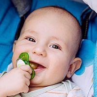 Cumlík pre novorodenca – áno, či nie? Kedy dať bábätku cumlík a ako ho naučiť na cumeľ
