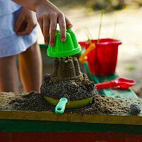 Návod, ako urobiť kvalitné pieskovisko pre deti, čo dať pod pieskovisko a aký piesok použiť