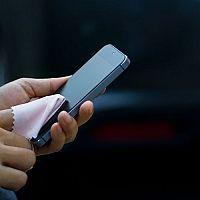 Čistenie dotykového displeja smartfónu a tabletu. Ako dezinfikovať mobil a odstrániť škrabance z displeja?