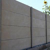 Plusy a mínusy betónového plota z tvárnic i s imitáciou dreva. Aká je cena s montážou?