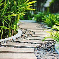 Úprava chodníkov v záhrade (chodníky zo štrku, betónu, kamienkov, šľapáky do trávy)
