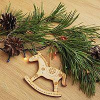 Drevené vianočné ozdoby, figúrky a dekorácie na stromček sú stále in. Môžete si ich kúpiť aj vyrobiť