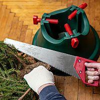 Ako vybrať stojan na vianočný stromček? Je lepší plastový, kovový alebo drevený?
