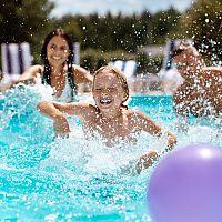 Kúpanie v bazéne a koronavírus – dá sa nakaziť v spoločnom bazéne?