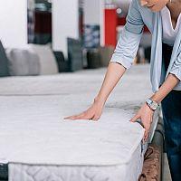 Tvrdý alebo mäkký matrac – aká je správna tvrdosť matraca? Zlý matrac spôsobuje bolesť chrbta