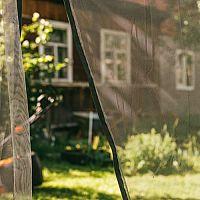 Sieť proti komárom/moskytiéra nad posteľ, na kočík, na altánok, na cesty – ako vybrať?