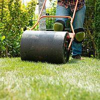 Prevzdušňovací ručný valec na trávnik si môžete aj vyrobiť. Aká je jeho cena?