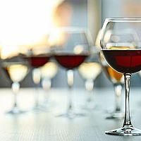 Poháre na biele, červené a ružové víno: Lacné i luxusné poháre ponúka Rona, Tescoma či Bohemia