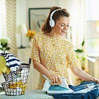 Rady, ako si uľahčiť žehlenie košieľ, nohavíc, riflí a bavlny. Žehlenie na vešiaku či na stole neskúšajte