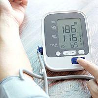 Tlakomer na zápästie alebo na rameno? Najpresnejší tlakomer ponúka Omron, Microlife a Tensoval