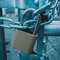 Kvalitný bezpečnostný visiaci zámok je vodoodolný, na kód alebo na odtlačok prsta a s alarmom
