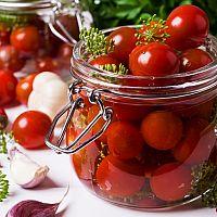 Sterilizované paradajky bez nálevu, zavárané vo vlastnej šťave, s cibuľou – recepty