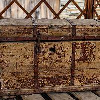 Drevená truhlica je skvelá na uskladnenie hračiek, prádla, ale aj na sedenie