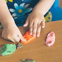 Ako odstrániť plastelínu z oblečenia, koberca či deky?