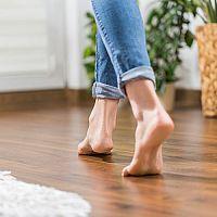 Elektrické alebo teplovodné podlahové kúrenie do domu? Výhody, nevýhody a porovnanie nákladov