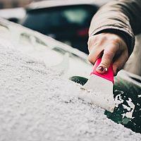 Ako si poradiť so zamrznutým autom? Pomôže škrabka a elektrický rozmrazovač čelného skla