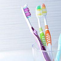 Plusy a mínusy klasických zubných kefiek. Viete, ako vybrať tú najlepšiu?