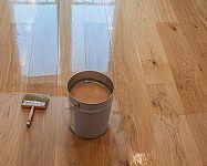 Lak alebo olej na drevenú podlahu? Ako natrieť drevené parkety?