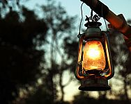 Drevený a kovový lampáš na petrolej alebo na baterky sa hodí na terasu i do bytu