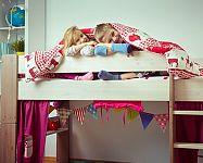Poschodová posteľ do tvaru L, so stolom alebo so šmýkačkou je najlepšou voľbou pre súrodencov