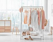 Drevený/kovový stojan na oblečenie ako alternatíva skríň. Aké sú jeho výhody?