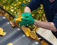 Príprava strechy na zimu – čistenie odkvapov, kontrola strešnej krytiny i strešných okien