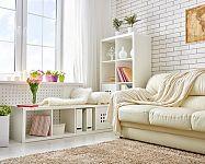 Rady, ako presvetliť tmavú obývačku, chodbu či kuchyňu