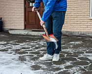 Čím posýpať chodník pred domom v zime? Pomôže soľ, drevený popol, brizolit alebo piliny