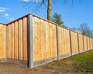 Drevené, betónové, plastové podhrabové dosky – ukladanie, montáž, cena, skúsenosti