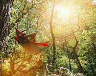 Turistický outdoorový hamak na spanie musí byť nepremokavý. Ako hamak vybrať?