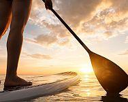 Ako si vybrať paddleboard – pevný, nafukovací, s plachtou? Ako jazdiť, kam na paddleboard