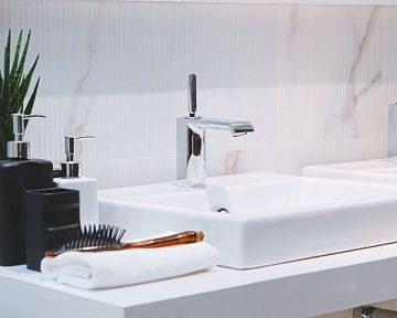 Aké umývadlo do kúpeľne? Zapustené, So skrinkou, Na dosku