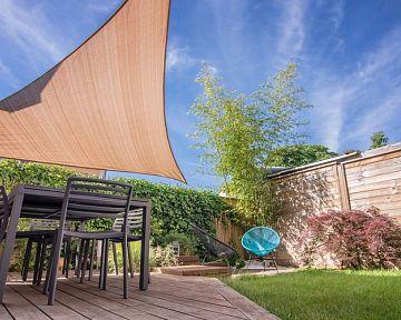 Slnečné plachty do záhrady či na terasu – montáž zvládnete aj sami
