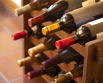 Drevený alebo kovový stojan na víno, luxusný vintage alebo skladací? Poradíme, ako vybrať