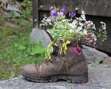 Oživte svoju záhradu netradičnými kvetináčmi – vaňa, dáždnik, bicykel či krhla plné kvetov