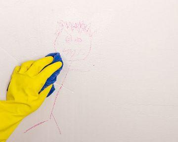 Ako vyčistiť špinavú stenu – na mastné fľaky krieda, na fixky a víno chémia