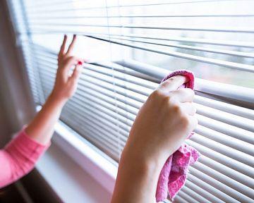 Ako vyčistiť vertikálne látkové a horizontálne hliníkové a drevené žalúzie na oknách