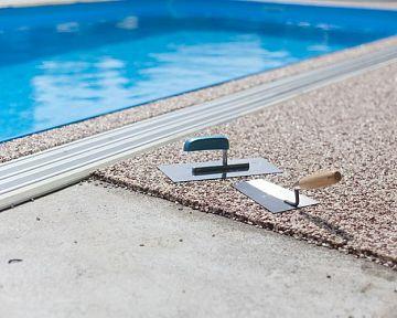 Protišmyková podlaha, lemovacia dlažba alebo drevo okolo bazéna? Výhody jednotlivých materiálov